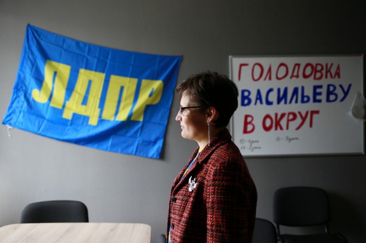 Активистка из Нефтеюганска, скандально покинувшая ЛДПР, публично сожгла партийный билет